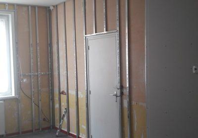 pour rénover un mur dégradé, aqua-control pose des rails f530 pour fixer des placoplatres à marcq en baroeul