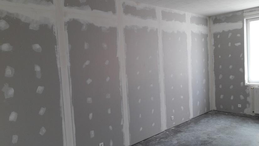 après avoir posé les placoplatres à marcq en baroeul, l'entreprise de rénovation applique la première passe d'enduits. entreprise de rénovation à lille dans le nord
