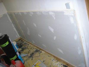 un mur humide est rénové après un traitement contre les remontées capillaires à tourcoing