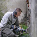 Perçage de trous pour injecter de la résine dans un mur atteint d'infiltrations d'eau par capillarité
