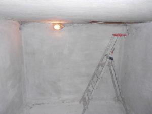 LA pose d'un cuvelage étanche contre les remontées d'eau dans les murs de la cave permet également de stopper la nappe phréatique. les infiltrations d'eau sont arrêtées par le traitement d'étanchéité de cuvelage des murs et du sol.