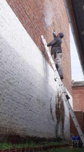 Traiter un mur humide en pulvérisant un traitement hydrofuge contre l'humidité à lille