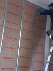 Après avoir traité l'humidité, nous rénovons le logement en appliquant de la laine de roche en panneaux et un doublage en placoplatres sur rail