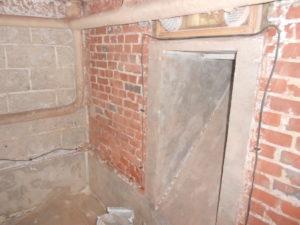 L'humidité du sous-sol est si importante que tout moisi et la mérule s'est développée dans des cartons et des planches en bois