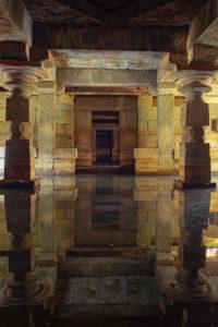 infiltrations d'eau dans une cave de lille, l'eau passe à travers les murs et pénètre dans la cave en faisant des jets d'eau