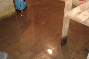 Cave inondée par la nappe phréatique et traitement d'étanchéité par cuvelage
