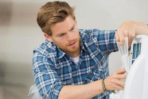 Méthode d'entretien d'un déshumidificateur électrique pour réduire l'humidité de l'air et maitriser le taux d'humidité d'une pièce de maison humide.