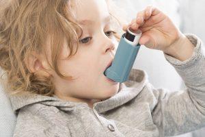 Crise d'asthme chez l'enfant en présence d'humidité dans la maison. Une habitation humide provoque des crises d'asthme.